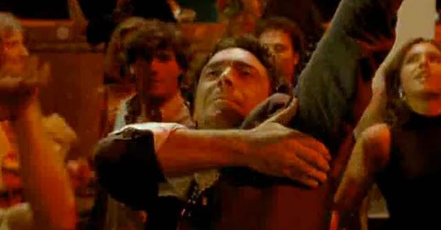 Nino Frassica balla in discoteca in ''Miracolo Italiano'' con l'ecstasy scambiata per aspirina