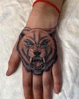 волк на кулаке тату