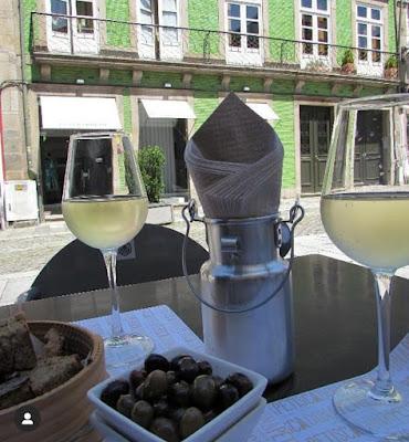 copos de vinhos e azeitonas