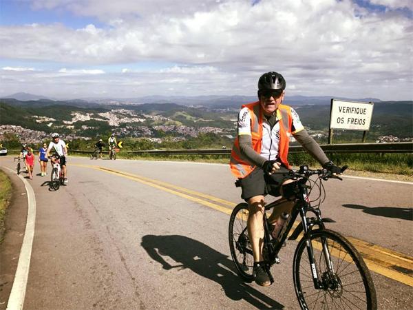 Integrante do CBT subindo a Estrada Turística do Jaraguá, a maior ladeira de São Paulo. Foto: acervo Corujas Bike Team