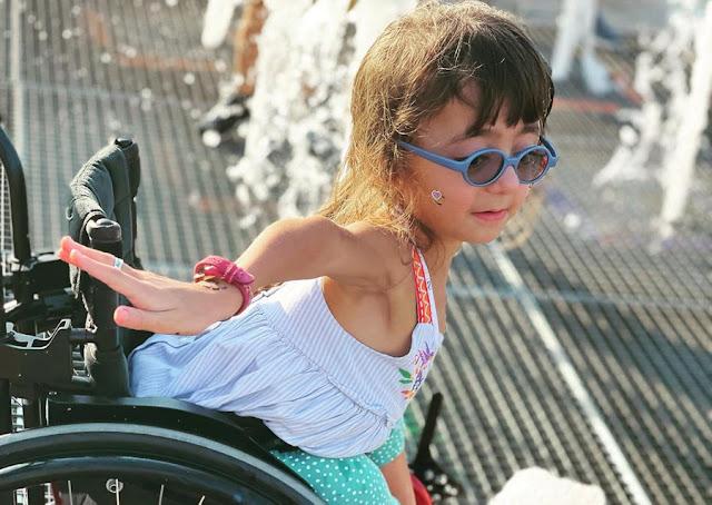 Хрустальная девочка, победившая в конкурсе танцев для людей с ограниченными возможностями, не может попасть в школу из-за своих особенностей