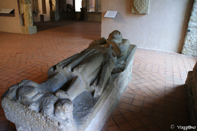 Interno del Chateau Comtal con uno dei sarcofagi