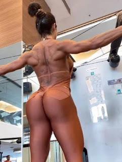 Gracyanne Barbosa ousa no look e confunde fãs