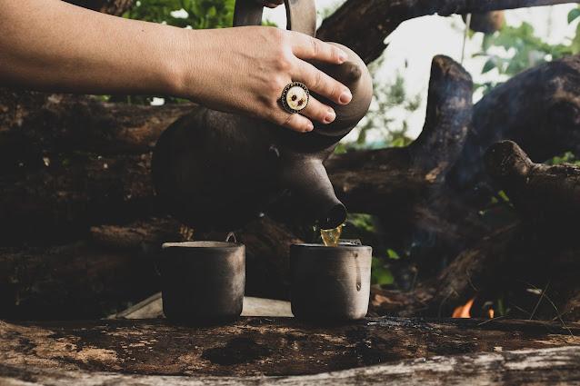 Café sendo servido em copos de cerâmica