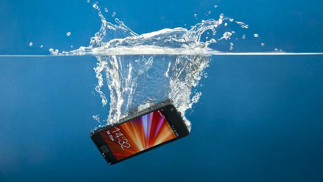 Ce să faci când ai scăpat telefonul mobil în apă, sfaturi despre cum îl poți salva
