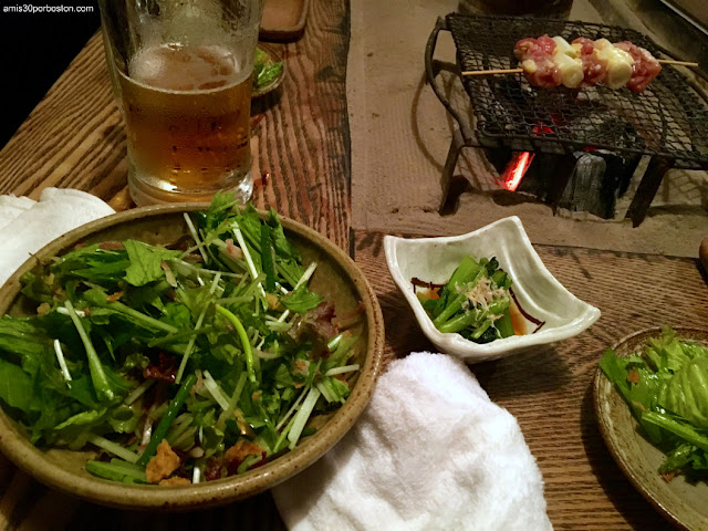 Ensaladas y Brochetas de Pollo a la Parrilla de esta Izakaya de Tokio