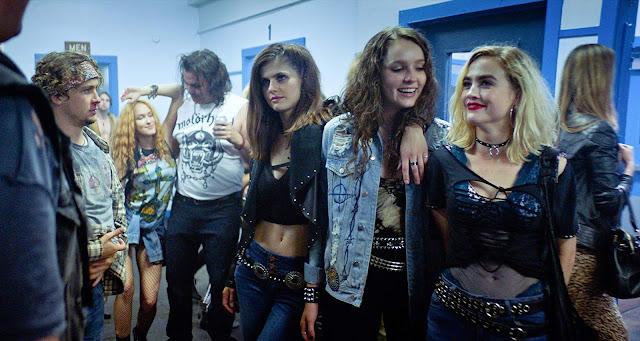 'We Summon the Darkness': Satanismo y Heavy Metal en lo nuevo de Alexandra Daddario [Tráiler]