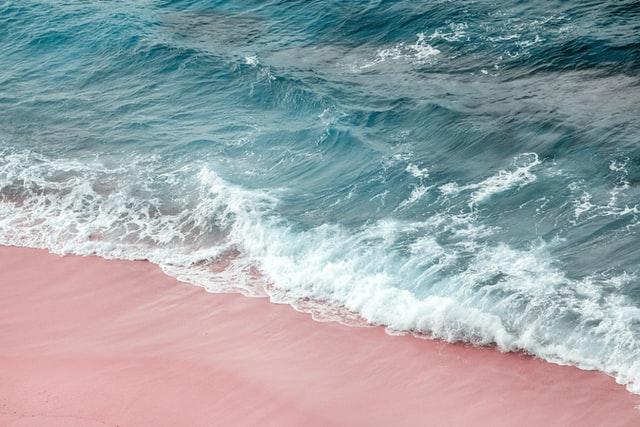 Playa de arena rosa