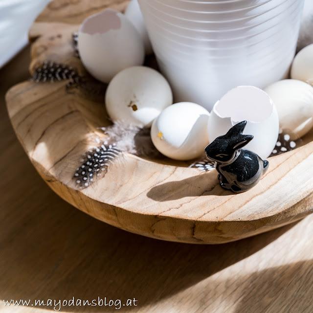 Holzschale mit Eiern und Federn
