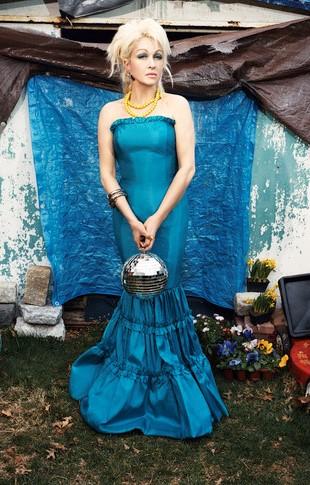 Foto de Cyndi Lauper con vestido turqueza