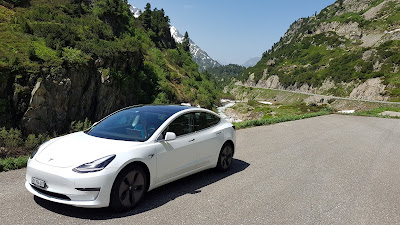 Tesla Model 3 am Sustenpass