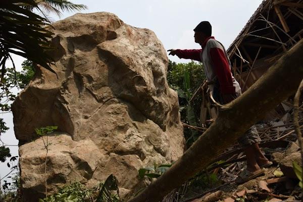 Viral! VIDEO Batu-batu Raksasa Hancurkan Rumah di Purwakarta dan Buat Warga Histeris, Ini Pelakunya