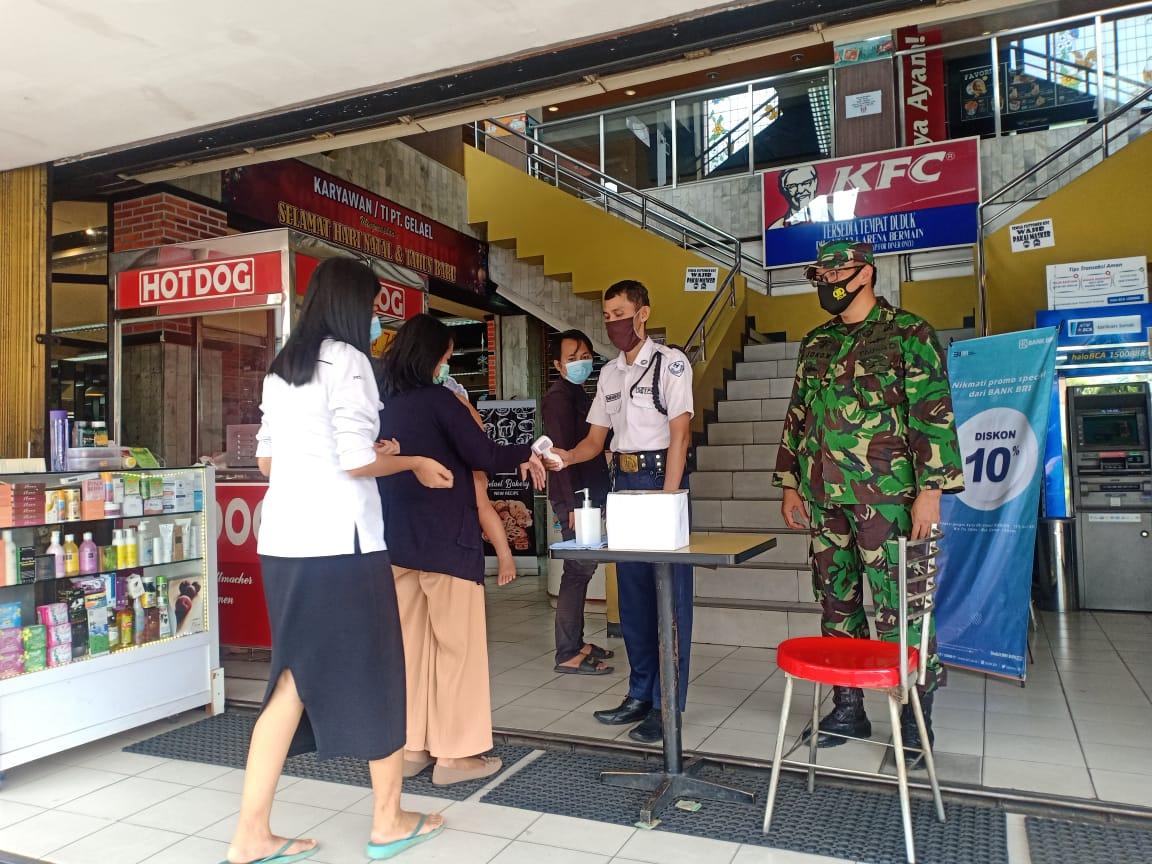 Babinsa Koramil 410-06/Kedaton Pelda Romulo  dan petugas gabungan Covid-19 masih terus terapkan prokes di Indogrosir