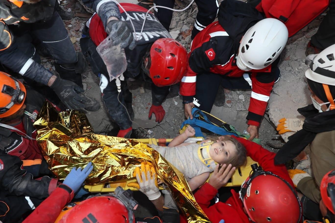 Niña rescatada en el terremoto de Turquia