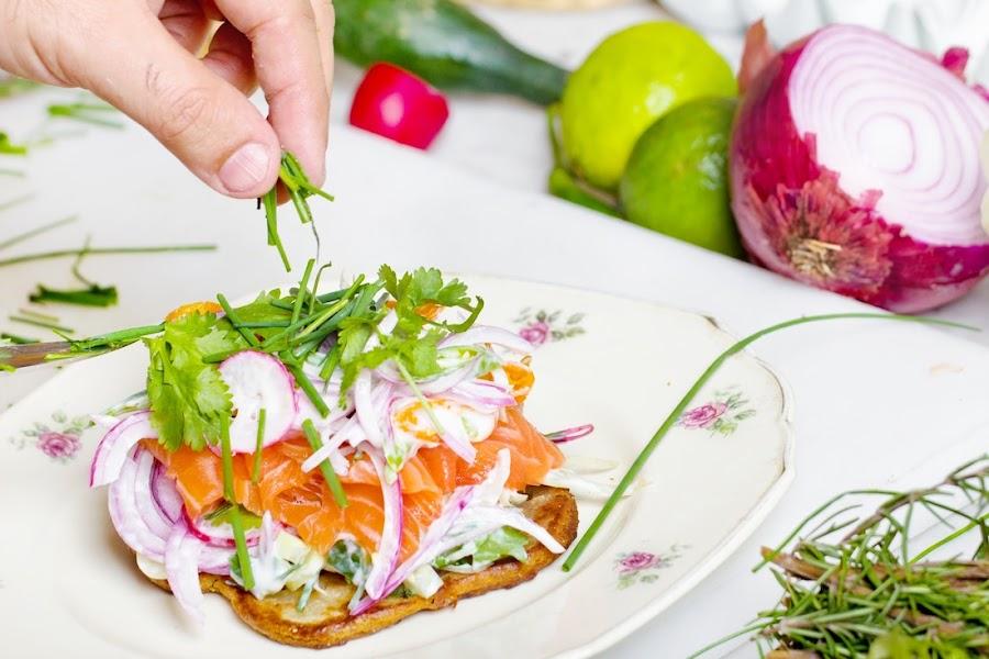 Tosta de verduras con salmón, rábanos, cebolla morada...