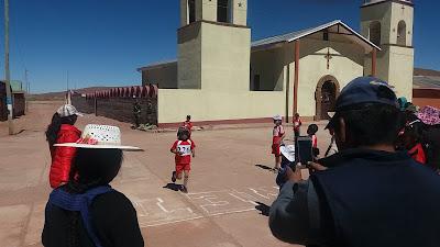 Heute war großer Sporttag für die Schülerinnen und Schüler unseres Gymnasiums. 5.000 Meter Dauerlauf standen an. Die Besten legten die Strecke unter einer halben Stunde zurück und das auf über viertausend Metern Höhe.