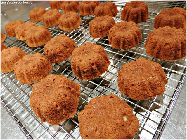 Mini Bundt Cakes de Moras Enfriando sobre la Rejilla