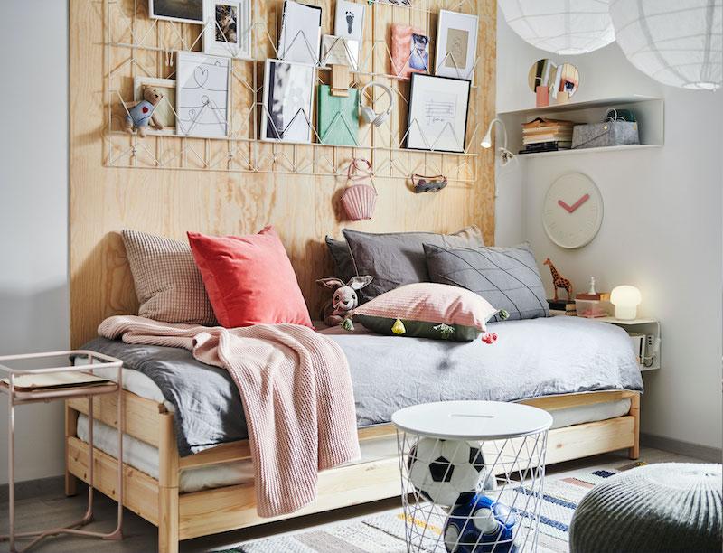 Dormitorio de niños IKEA con cama efecto sofá.