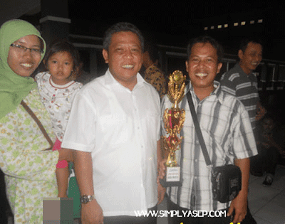 Saya berfoto bersama Bupati Kubu Raya Muda Mahendrawan  saat menjadi Juara I Lomba Desain Blog tahun 2012 Foto IST