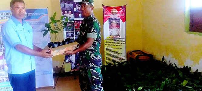 Masyarakat desa Pelauw, pulau Haruku, kabupaten Maluku Tengah menerima bantuan 1.024 bibit pohon pala dari Kodam XVI/Pattimura untuk meningkatkan perekonomian mereka.