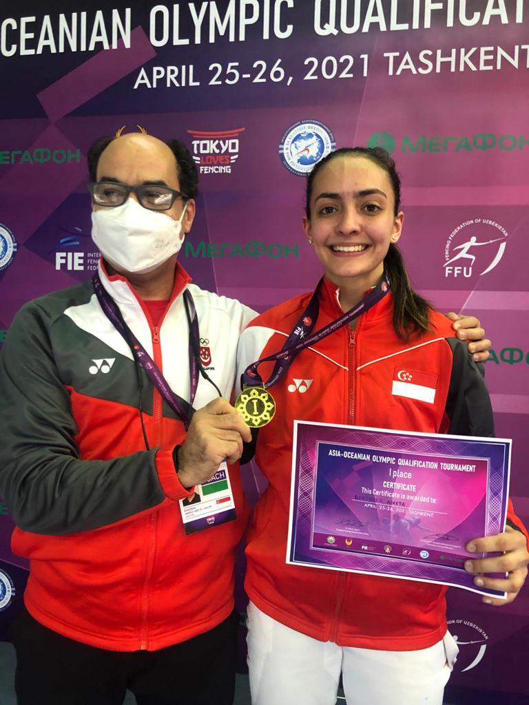 Amita Berthier, de Singapura, comemora vaga olímpica na esgrima com seu técnico