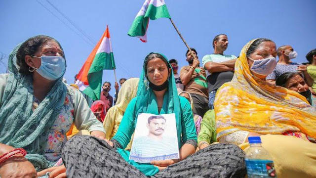 Bijapur Naxal Attack : लापता CRPF जवान Rakeshwar Singh की Wife ने सरकार से पूछे चुभने वाले सवाल