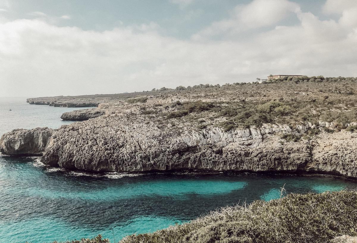 Cala Sequer Mallorca Best Beaches Die schönsten Strände und Buchten Mallorcas auf: https://www.theblondelion.com/2019/09/schoenste-straende-buchten-mallorca.html Tipps Reiseblog Travel Diary Reiseführer Reisetipps