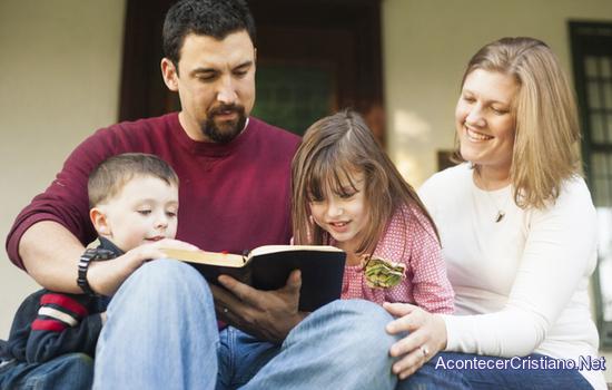 Padres transmiten la fe a sus hijos