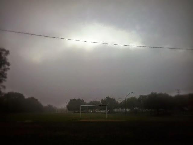 A foto mostra uma cena típica de inverno no Sul do Brasil com chuva e frio.
