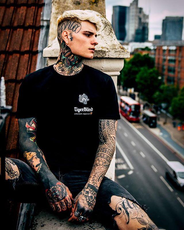 En esta imagen @dannywoodstockphotographer y su modelo leyenda@connorckern ha popularizado este estilo de tatuajes en la cabeza