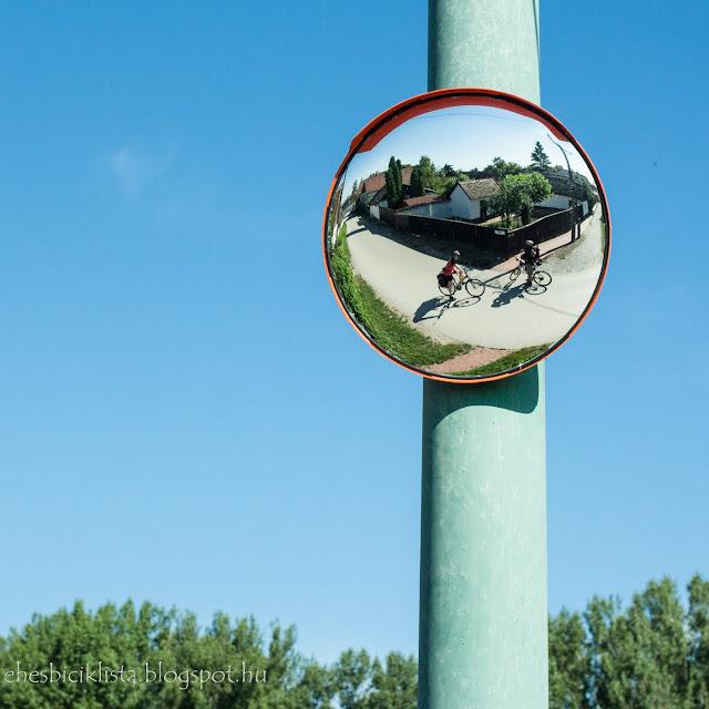 Csongrád Belvárosa tükörből két biciklissel