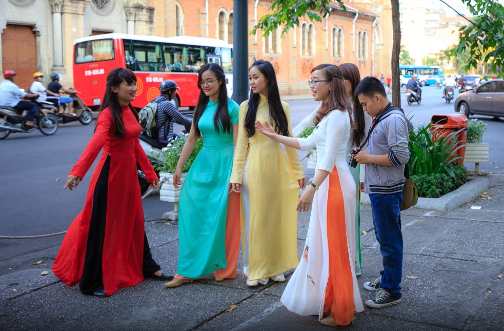 ao dai girls in saigon