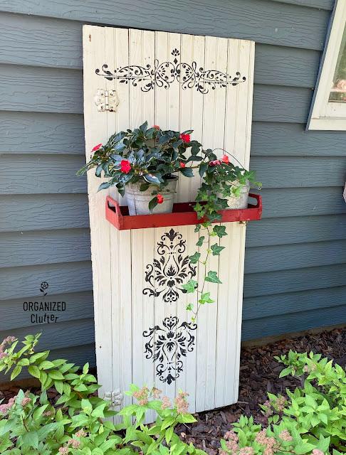 Foto de uma prateleira de planta de porta de armário ao longo da casa