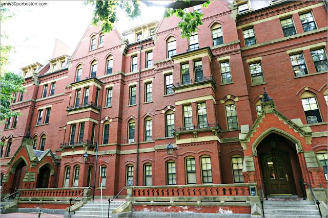 Matthews Hall en el Campus de la Universidad de Harvard