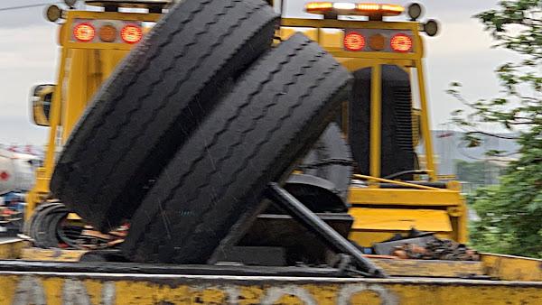 國道1號彰化段貨車輪軸斷裂險翻車  防禦駕駛扭轉車禍意外