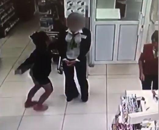 В Уфе девушка с ножом ограбила парфюмерный магазин: Видео