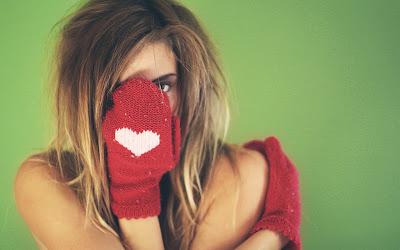 beauty-blonde-girl-winter-mittens-heart-love-photo-wallpaper-1680x1050