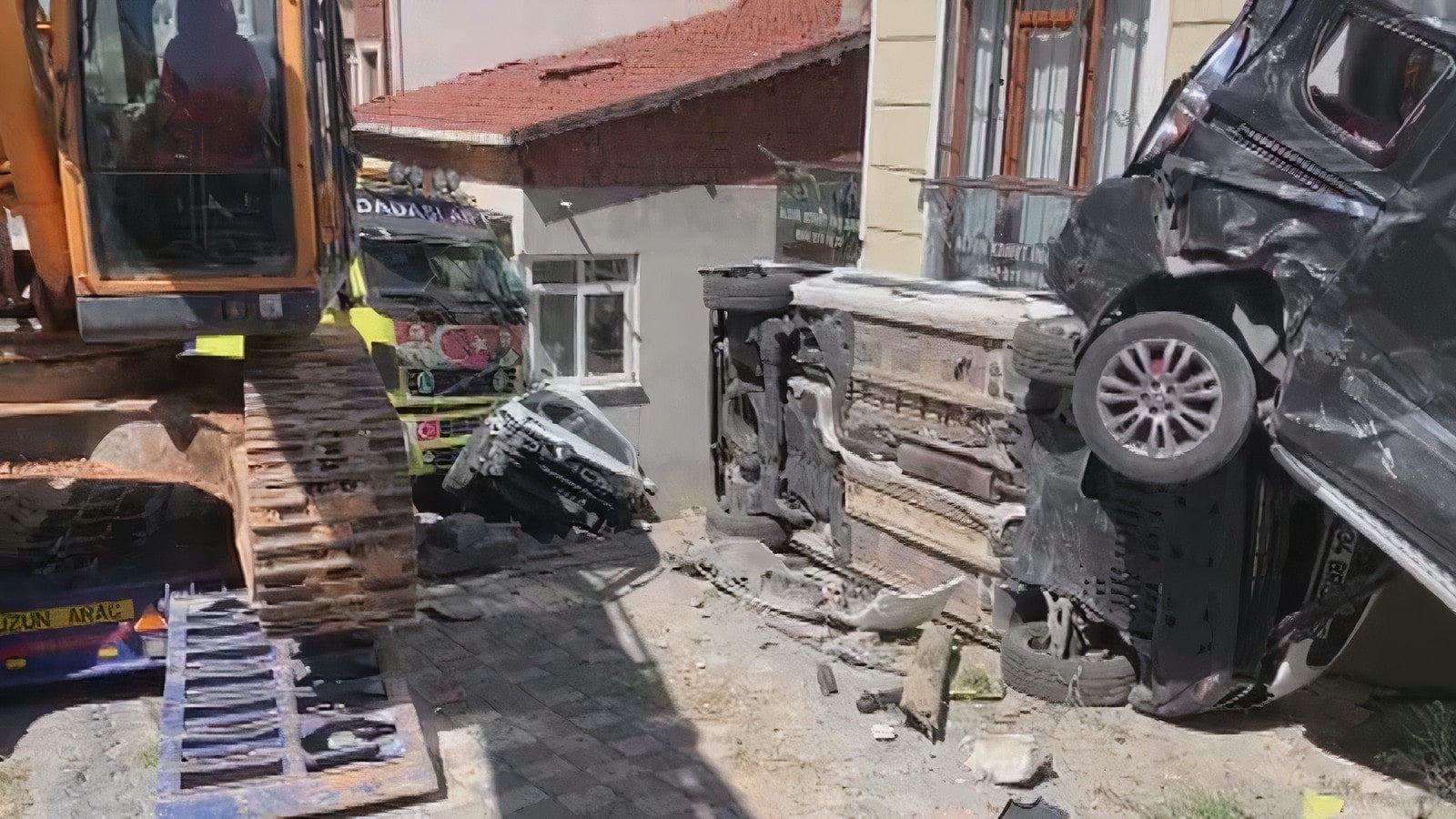 Samandıra'da TIR faciası! Önce 4 aracı biçti, sonra eve çarptı!