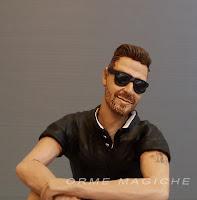 statuette ritratti personalizzati fatte a mano artigianali uomo jeans occhiali da sole orme magiche
