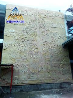 Ukiran relief kayon dan wayang arjuna untuk tempel di dinding ukuran besar di Lapangan golf Halim perdana kusuma, Jakarta Timur