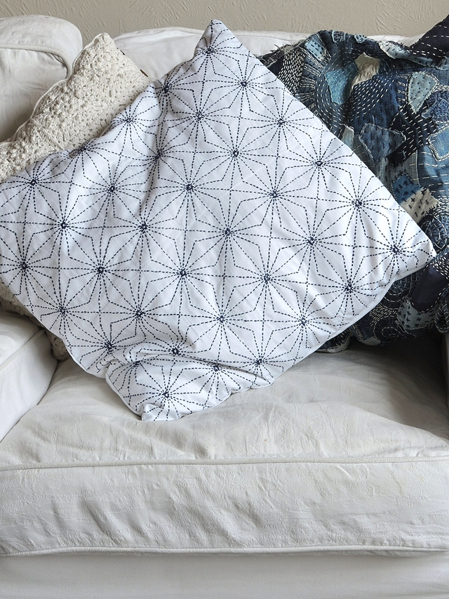 DIY borduren: sashikokussen in wit met indigo/embroidery: sashiko pillow in white an indigo blue