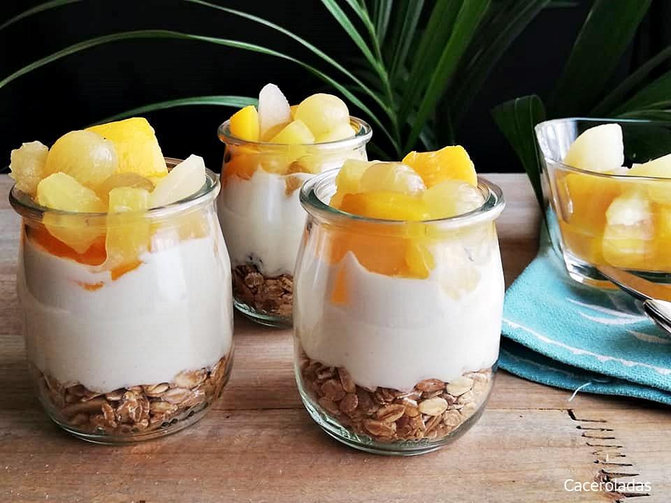 Vasitos de yogur con muesli y fruta