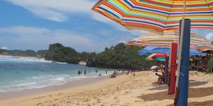 Meliarkan Imajinasi Di Pantai Sadranan