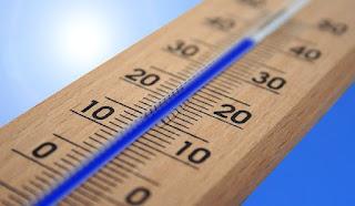 محرار مدرج بزئبق ازرق لقياس ذرجة حرارة الماء مع خلفية زرقاء