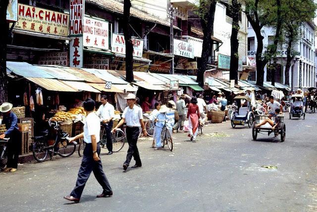Khung cảnh nhộn nhịp ở khu chợ Cũ, đại lộ Hàm Nghi với các cửa hàng của người Hoa nằm san sát.