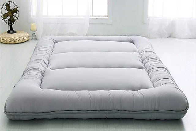 Futon yer yatakları, katlanıp dolapta saklanarak yerden tasarruf sağlayarak, evinizde size ekstra alan açar.