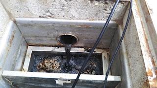 配管洗浄中のグリストラップ(油水分離槽)への排水