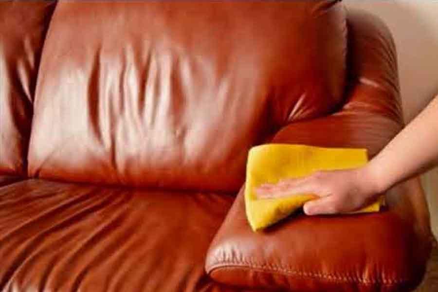 membersihkan sofa kulit dengan kain halus dan bersih