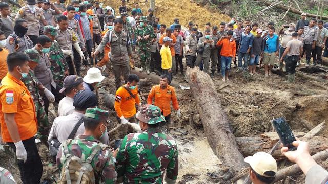 Dua Orang Tertimbun Tanah Longsor Ditemukan Oleh Tim SAR Gabungan