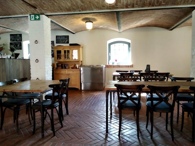stoliki, restauracja, obiady, kawa, folwark, dawne pomieszczenia, stajnia